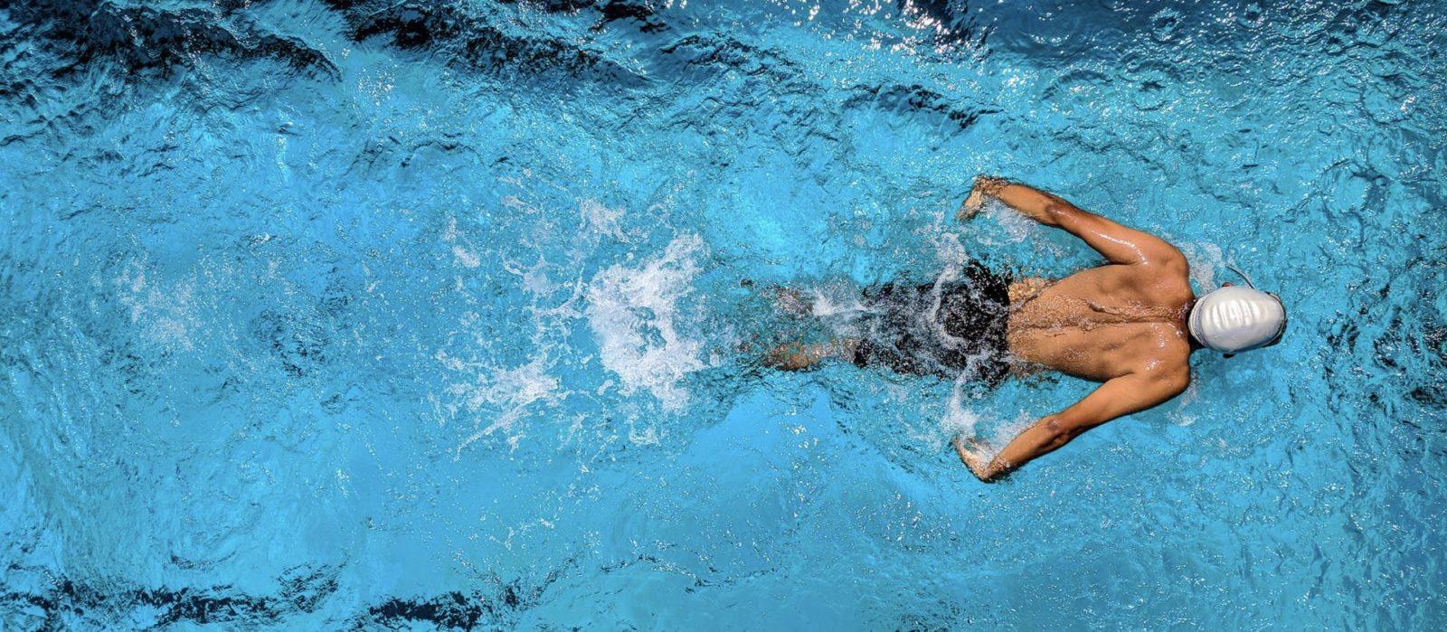 Das Bild zeigt einen Schwimmer, der Beispielsweise Kontaktlinsen beim Sport tragen könnte. Beim Wasserball. Hier ist der Blick durch eine Schwimmbrille nämlich eingeschränkt.