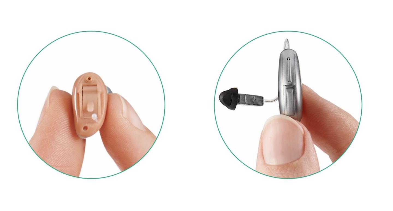 Das Bild zeigt link ein Im Ohr Hörgerät und rechts ein hinter dem Ohr Hörgerät