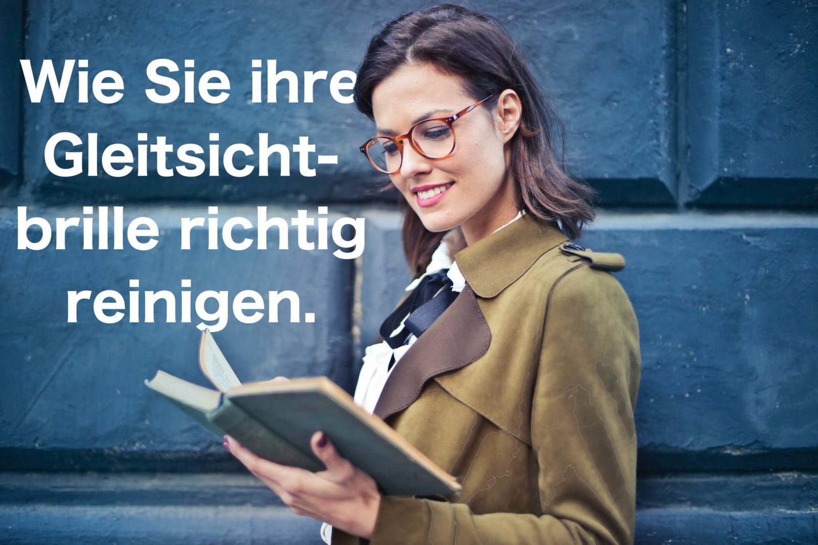 Das Bild zeigt eine Frau mit einer Brille, die evtl gerade liest wie Sie ihre Gleitsichtbrille reinigen kann.