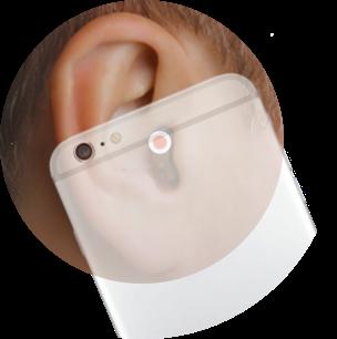 Hier wird gezeigt, dass Sie mit einem Im Ohr Hörgerät die normale Position des Telefonhörers am Ohr beibehalten können. Das Mikrofon liegt nämlich im Gehörgang.
