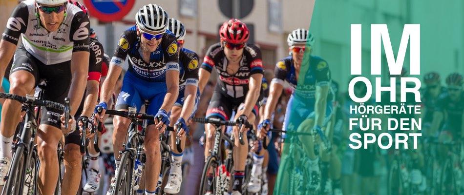 Das Bild zeigt den Titel Im Ohr Hörgeräte für den Sport. Zudem sind Fahrradfahrer zu sehen.