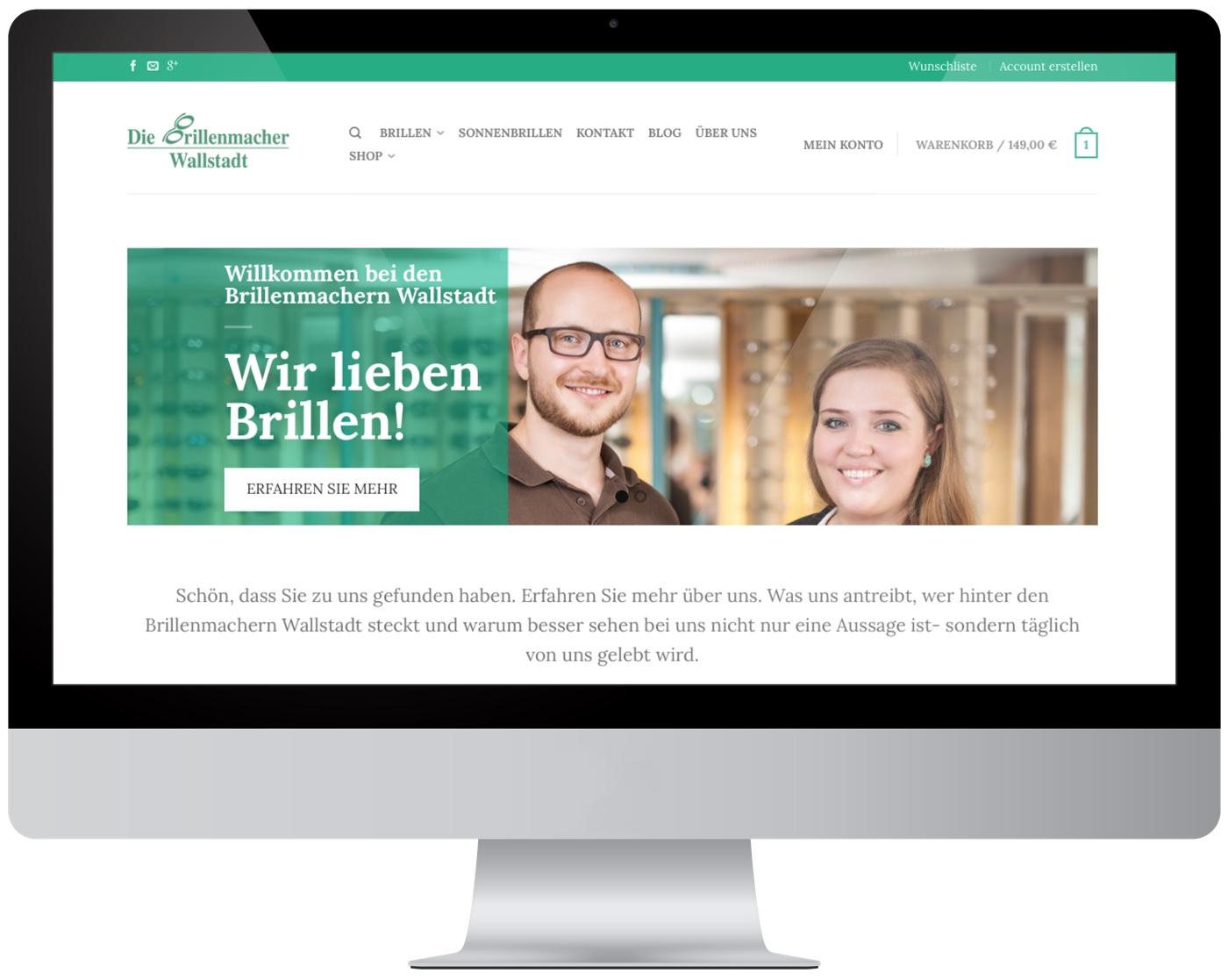 Das Bild zeigt einen Monitor mit der Website der Brillenmacher Wallstadt