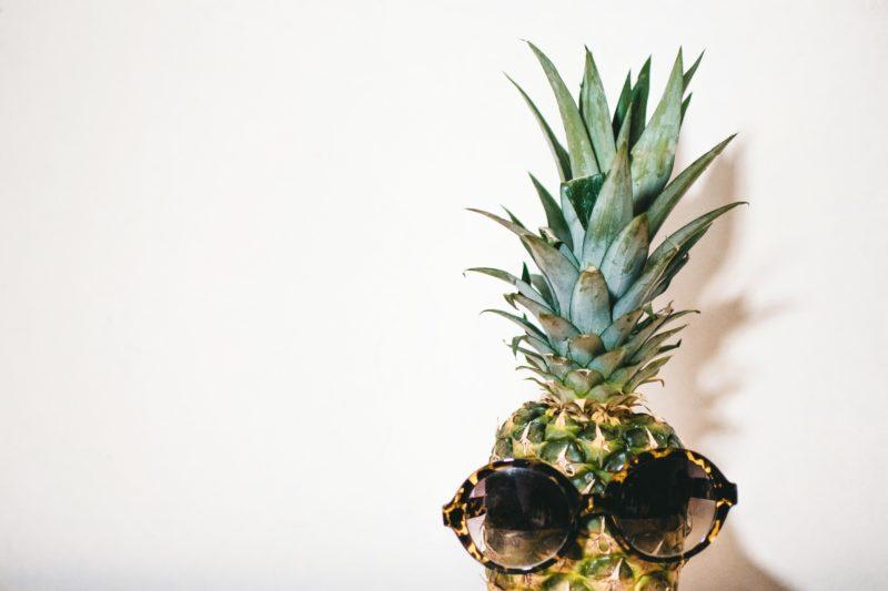 Bild mit Ananas, die eine Sonnenbrille trägt