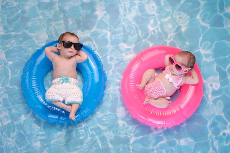 Das Bild zeigt zwei schwimmende Kinder