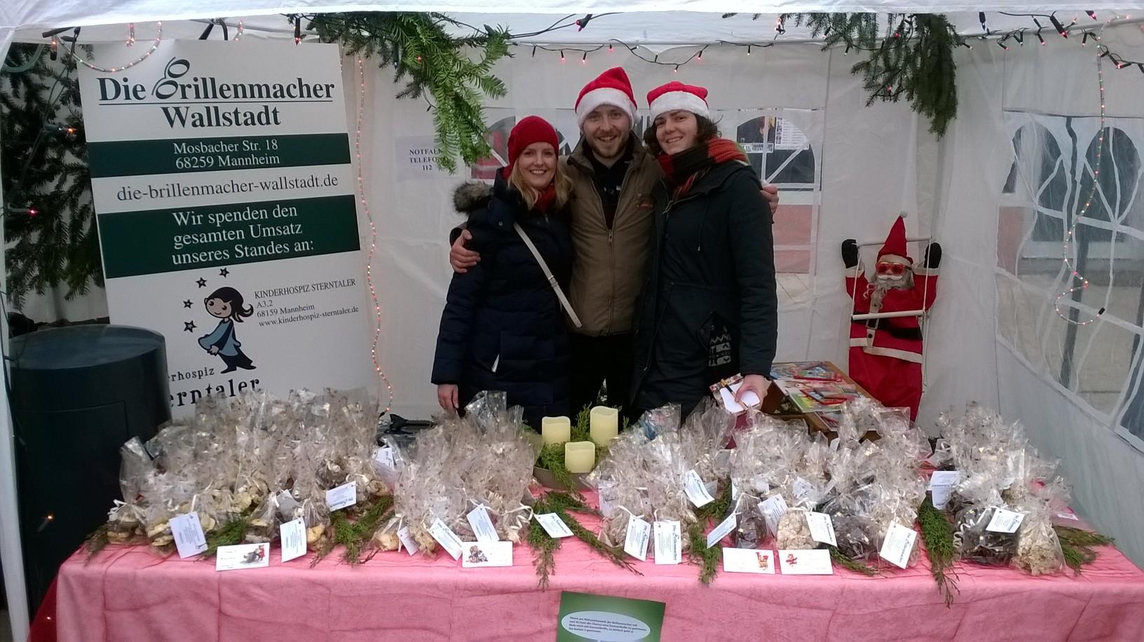 Das Bild zeigt von Links Nina & Michael Penczek und Lisa Steinbach in unserem Zelt auf dem Weihnachtsmarkt