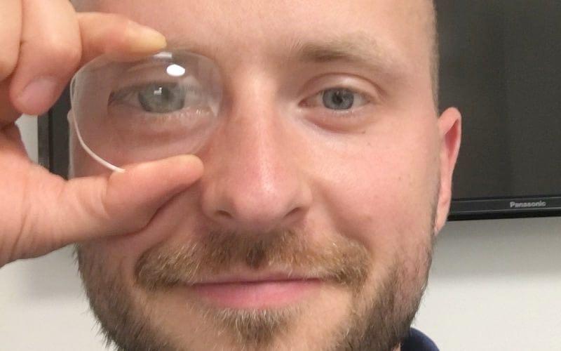 das bild zeigt wie ein Brillenglas das Auge vergrößern kann
