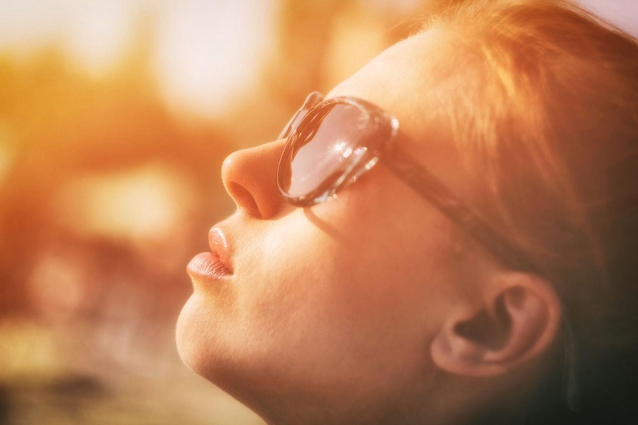 Frau mit Sonnenbrille von der Seite